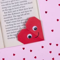 Never lose your place in your book with this cute origami heart bookmark. Paper Hearts Origami, Origami Flowers, Origami Paper, Origami Boxes, Origami Gifts, Cute Origami, Origami Ball, Heart Origami Tutorial, Origami Instructions