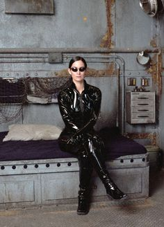 Carrie-Anne Moss on the set of The Matrix directed by Andy and Lana Wachowski, 1999