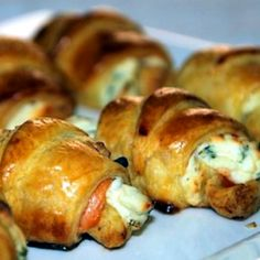 Mini-Croissants mit Lachs und Frischkäse Party Finger Foods, Snacks Für Party, Appetizer Buffet, Appetizers, Mini Croissants, Good Food, Yummy Food, Brunch Party, Good Healthy Recipes