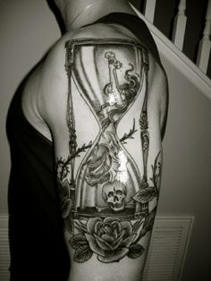 tatuaje reloj de arena para hombre