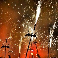 Baile de #ratapinyades. #Mallorca y el fuego simbiosis tradicional. #Mallorcamola #mallorcatestim #igersBaleares #igersMallorca #loves_balears #ratapinyada #foc #correfoc #tradiciones by mallorcamola