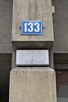 Detail der Lampen im Beton, Wohn- und Geschäftshaus Weststrasse 133, gebaut von Unbekannt(0), Weststrasse 133,8003 Zürich,Schweiz #Beton #architektur #architecture #Beton Flip Clock, Home Decor, Concrete Architecture, Vest, Homes, House, Decoration Home, Room Decor, Interior Design