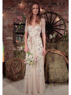 Glitzerapplikationen und halblange Ärmel - dieses Brautkleid von Jenny Packham eignet sich perfekt für die Hippie-inspirierte Hochzeit!