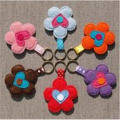 * Felt flower keychains or bag charms. * Bloemen sleutelhangers of tashangers van vilt. Diy Keyring, Felt Keychain, Keychains, Scrap Fabric Projects, Fabric Scraps, Crafts For Kids, Arts And Crafts, Felt Hearts, Felt Diy