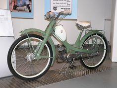 """Meine Quickly, vor der Blechbanane Das Moped NSU Quickly war eines der ersten """"echten"""" Mopeds der deutschen Nachkriegsgeschichte. Es markierte den Beginn der Massenmotorisierung im Zuge des Wirtschaftswunders."""