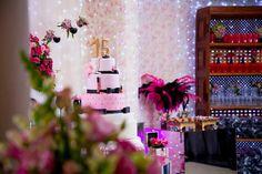 Foto por Diana Dalfior ❤ Jhéssica faz 15. Decoração para festa de debutante + Rosa pink e preto, com peças espelhadas, bolo cenográfico com tema maquiagem | Sweet Fifteen Party + Pink and black, mirror furnitures, make up cake