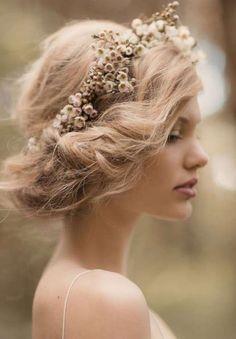 Fantástico #Peinado de #Novia consiste en un recogido bajo estilo hippie y va acompañado por una corona de flores.