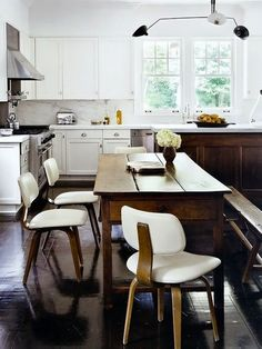 Sagaponack Home by Julie Hillman Design. Contemporary eclectic style is the signature look of interior designer Julie Hillman. This large end residential home Rustic Kitchen, Kitchen Dining, Kitchen Decor, Eclectic Kitchen, Kitchen Seating, Kitchen White, Design Kitchen, Home Interior, Kitchen Interior