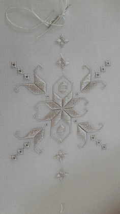 This Pin was discovered by Yas - Salvabrani Hardanger Embroidery, Ribbon Embroidery, Embroidery Stitches, Embroidery Patterns, Border Embroidery Designs, Machine Embroidery Designs, Sewing Art, Sewing Crafts, Broderie Bargello