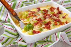 Brussels sprouts casserole with ham: Hearty low-carb recipe for a healthy, protein-rich, low-calorie casserole for losing weight. Health Breakfast, Low Carb Breakfast, Low Calorie Casserole, Bechamel, Keto Banana Bread, Bacon And Egg Casserole, Egg Recipes For Breakfast, Sprout Recipes, Health Snacks