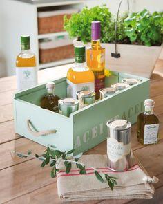 Detalle de caja de madera verde mint con especias y aceites. Detalle de caja de madera verde mint con especias y aceites_00298359