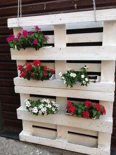 choosing design ideas for build a pallet planter 37 Pallet Flower Box, Flower Boxes, Flower Planters, Garden Planters, Pallet Planters, Balcony Garden, House Plants Decor, Plant Decor, Potager Palettes