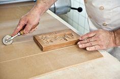 Zuschneiden des Teiges für den Appenzeller Lebkuchen (Appenzeller Biber). Bild von Martina Basista