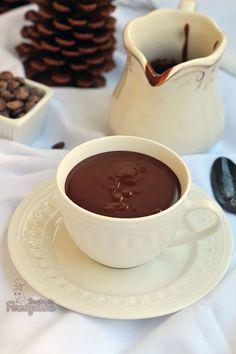 Ultra cremoso e bastante chocolatudo! Aquece a alma e o estômago nesse inverno gelado... E o melhor de tudo: você pode preparar, congelar por até 3 meses e esquentar essa delícia no microondas quando quiser... Chocolate Quente Cremoso!