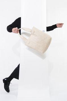 Vegan bag made of Pînatex (pineappel leafs). Design: Elsien Gringhuis. Photo: Tse Kao
