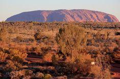 Yulara  Het Rode Centrum van Australië is een uitgestrekte leegte met dorre bosjes. Midden in deze uitgestrekte rode zandbak is het topje van een reusachtige steen vrij komen te liggen, die maar liefst 350 meter boven de vlakte uitsteekt. De markante rots is minstens 600 miljoen jaar oud en sinds mensenheugenis een eerbiedwaardige plaats voor aboriginals.