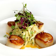 Seared Scallops, Potato Carbonara, Bacon, Egg Yolk and Parmesan. be still my beating heart! Healthy Meals, Healthy Recipes, Philip Johnson, Seared Scallops, Bacon Egg, Domestic Goddess, Soul Food, Bon Appetit, Seafood Recipes