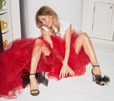 British actress Sienna Miller takes the spotlight in Jimmy Choo's new style guide. The star wears shoe designs from the pre-fall 2019 collection. Sienna Miller, Jimmy Choo, Olivia Palermo, Fantasy Fashion, Outfits Fiesta, Party Outfits, Sparkly Shorts, Laura Bailey, Poppy Delevingne
