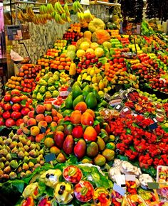 Este mercado llamado el boqueria, tiene frutas bonitas. Los comeré todos y los compraré. El color de las frutas mira fantástico. No puedo esperar!