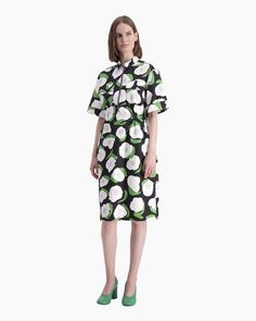 The Kintereillä dress is made of firm cotton twill with the black, white and green Iso Vikuri pattern. It has a metallic zipper with a ring puller at the neckline, chest patch pockets with snap buttons and short sleeves with wide turn-ups at the sleeve en Normal Body, Marimekko, Long Toes, Green Dress, Dress Black, Body Measurements, Body Shapes, Clothes For Sale, My Wardrobe