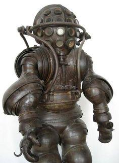 B5cBgjuCIAE8vd7.jpg (JPEG 画像, 600x818 px) 潜水服?