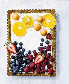 Tästä tulee hitti! Rahkatorttu muuntuu uskomattoman houkuttelevaksi, kun se saa raikastavan hunnun jogurtista ja koristeekseen meheviä marjoja.
