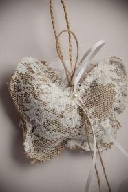 Μένη Ρογκότη - Μπομπονιέρα βάπτισης για κορίτσι πεταλούδα μαξιλάρι λινάτσας ντυμένο με δαντέλα
