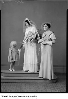 Mrs Lynch and herwedding attendants, Kalgoorlie. Possibly Mrs Alma H. Lynchnee Williams married in Kagoorlie, 1929