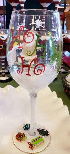 Diy Wine Glasses, Painted Wine Glasses, Christmas Mugs, Christmas Crafts, Christmas Decorations, Wine Glass Crafts, Glass Art, Cricut, Crafting