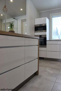 Yksityiskohta: keittiön työtaso jatkuu kaapin reunaa pitkin alas lattiaan. ihan hauska! Kitchen Cabinets, Home Decor, Ideas, Terrace, Kitchens, Decoration Home, Room Decor, Cabinets, Home Interior Design