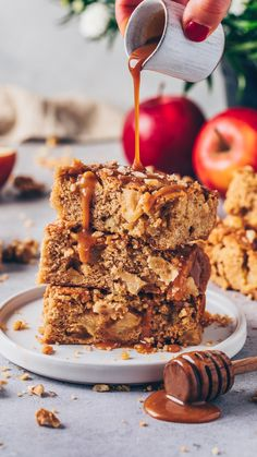 These soft and chewy vegan apple bars with caramel combine blondies, apple cake and apple pie into one flavorful cinnamon-spiced fall dessert! Healthy Vegan Dessert, Vegan Dessert Recipes, Vegan Sweets, Vegan Vegetarian, Vegetarian Recipes, Vegan Food, Vegan Caramel, Caramel Recipes, Apple Recipes