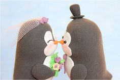 Kissing penguin cake topper