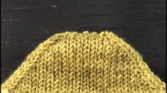 How to Kitchener Stitch Toe Without Ears. This is a neat little trick for omitting the ears on a kitchener stitch toe. Great for afterthought heels too. Knitting Videos, Crochet Videos, Loom Knitting, Knitting Socks, Knitting Stitches, Knitting Projects, Knit Socks, Tricot Grafting, Kitchner Stitch