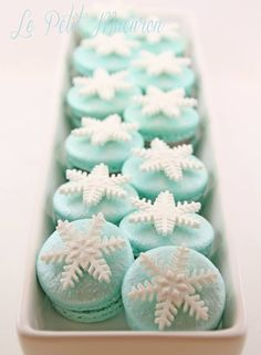 ❊ Christmas at Tiffany's ❊ / snowflake macarons Christmas Goodies, Christmas Treats, Christmas Baking, Macarons Christmas, Turquoise Christmas, Christmas Colors, Frozen Birthday Party, Frozen Party, Cake Pops