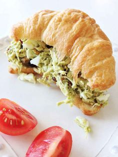 Sandwich de pollo con ensalada de aguacate.