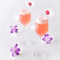 Spring cocktail: This delicious cocktail fits the begin of spring. With raspberries, gin and prosecco {cocktail recipe}