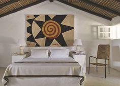 Chambres sous le signe de l'art... tapisserie Calder, lampes Jacques Grange et siège Jacques Adnet.