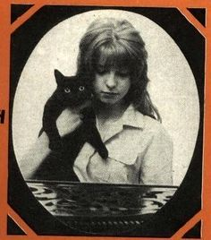 Jane Asher au chat noir.