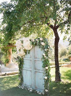 Vintage Wedding Rustic Old Door Wedding Decor Ideas for Outdoor Country Weddings Backyard Wedding Decorations, Rustic Wedding Backdrops, Rustic Backdrop, Wedding Rustic, Vintage Backdrop, Ceremony Backdrop, Outdoor Ceremony, Wedding Reception, Floral Backdrop
