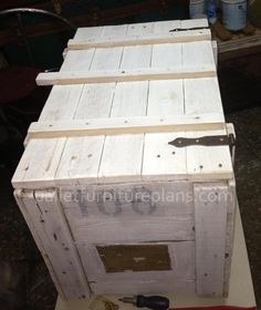 Pallet Storage Box DIY ** Follow all of our boards** http://www.pinterest.com/bound4burlingam/