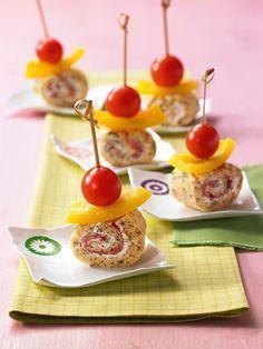 Ein pikantes Gebäck mit Salami, Tomaten und Paprika als Snack