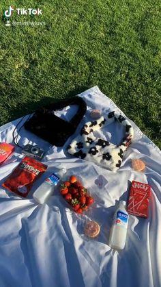 Picnic Date Food, Picnic Foods, Picnic Ideas, Aesthetic Indie, Aesthetic Food, Aesthetic Outfit, Couple Aesthetic, Beach Picnic, Summer Picnic