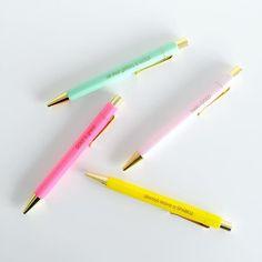 Onze nieuwe pennen zijn heerlijk vrolijk. Niet alleen door de kleur, maar ook door de quotes. Bedankt voor je foto Elma.