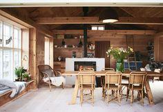 Forfatteren Signe Wenneberg har håndplukket hvert et bræt til sin bolig, der er verdens første FSC-certificerede træhus på pæle.