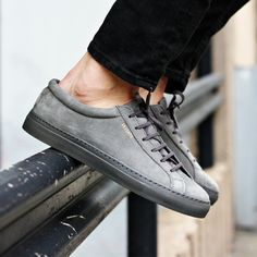 Axel Arigato grey low sneaker with a classic design, handcrafted with premium Italian materials. Grey Italian rubber cup-sole from Margom. #axelarigato #sneakers #mensfashion