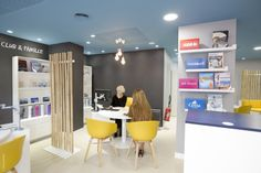 Thomas Cook Group is one of the world's leading leisure travel groups with more than 220 travel agencies in France. Office Interior Design, Office Interiors, Table Tactile, Agency Office, Retail Architecture, Shop Display Stands, Hospital Design, Travel Office, Bureau Design