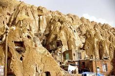 Kandovan se trouve dans la province d'Azerbaïdjan oriental, à proximité de Tabriz, dans le nord-ouest de l'Iran. C'est un village troglodyte âgé de plus de 700  ans.