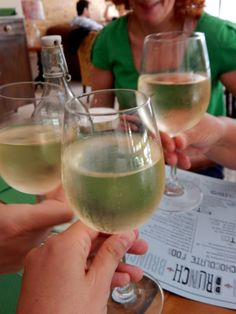 wine with food bloggers! White Wine, Buffet, Alcoholic Drinks, Brunch, Glass, Friends, Food, Amigos, Drinkware