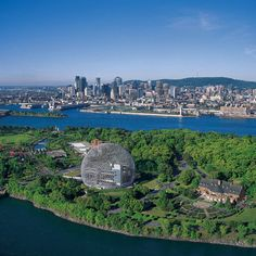 Montreal, Quebec Canadá.  Awesome point of view from the opposite side!  Mont Royal is in the background...
