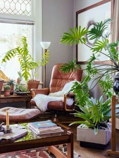 Bohemian urban jungle woonkamer met de Eames Lounge Chair https://emfurn.com/